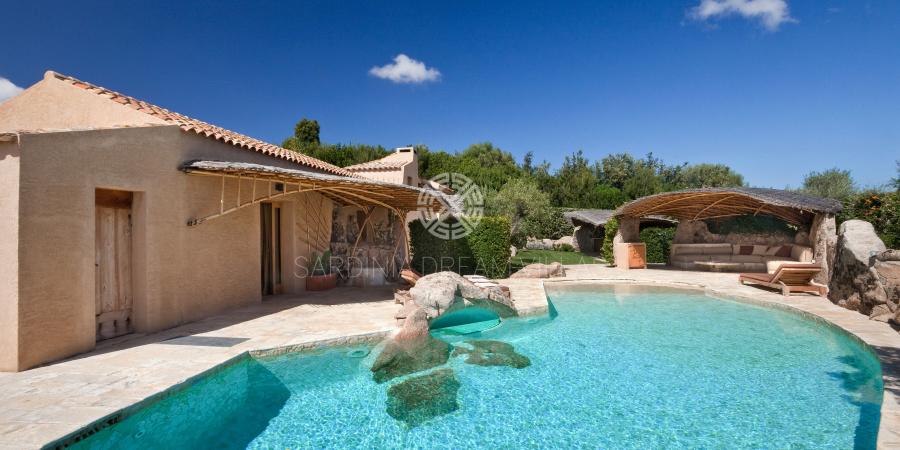 location villa en sardaigne avec piscine prive et personnel