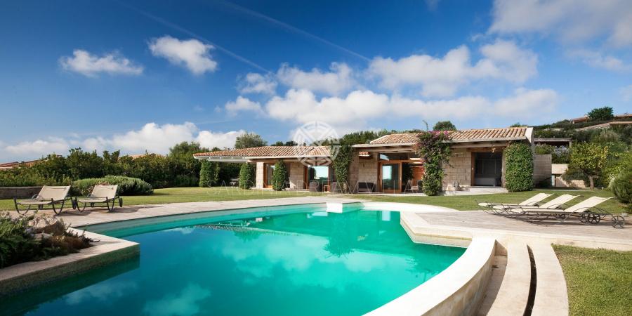location villa en sardaigne avec piscine priv e et personnel