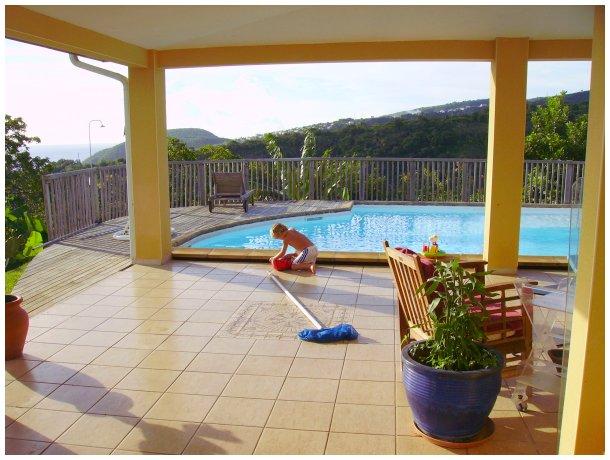 Location vacances d 39 une villa avec piscine pr s de fort de france - Piscine miroir prix fort de france ...