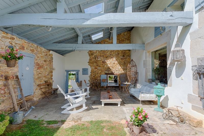 piscine et jacuzzi le patio des chambres dhtes