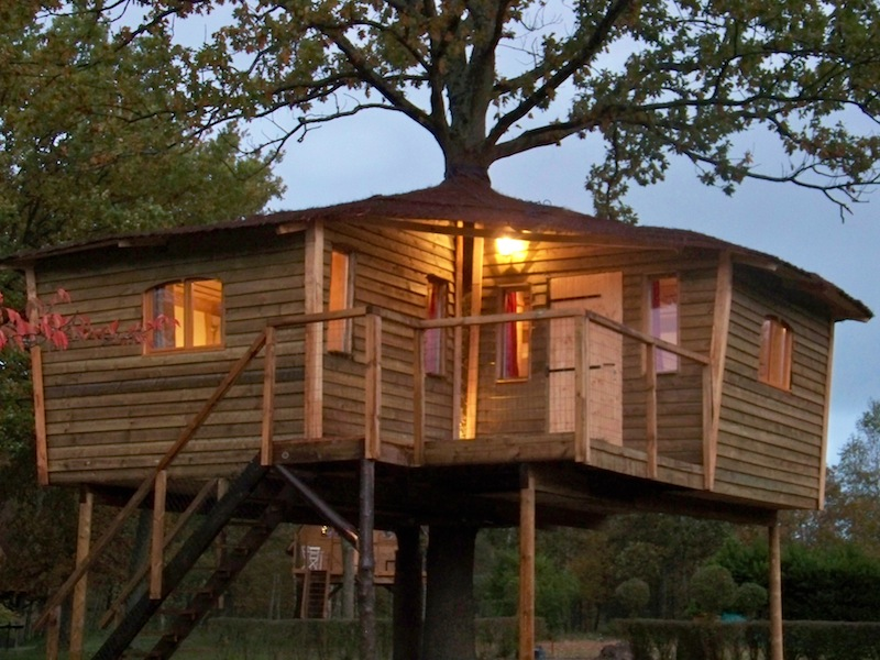 Cabane perch e maison de hobbit chambres d 39 hotes pr s de - Chambre d hote dans les arbres ...