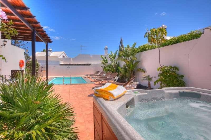 Iles canaries lanzarote location vacances villa puerto del for Location villa lanzarote avec piscine