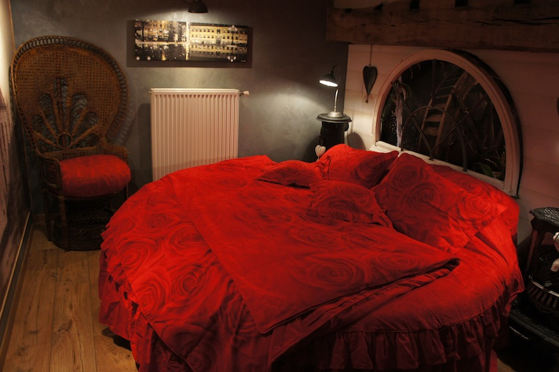Nord pas de calais maubeuge bed and breakfast france for Chambre couple romantique