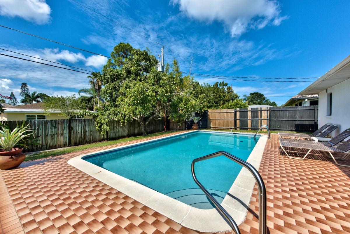 location maison vacances naples avec piscine et barbecue quelques. Black Bedroom Furniture Sets. Home Design Ideas