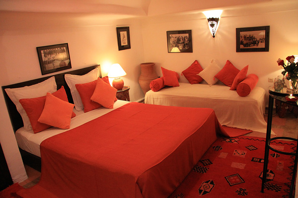 Chambres d 39 h tes marrakech en riad avec piscine for Chambre orange marron