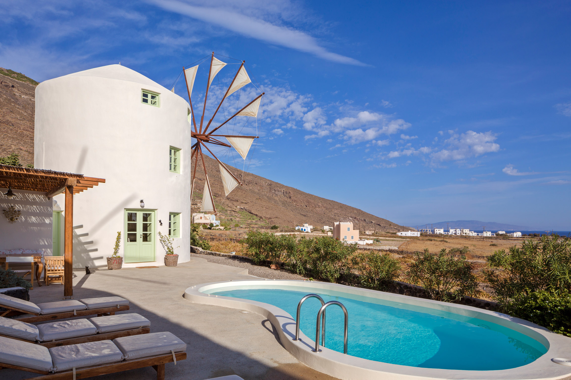 Location vacances villa moulin typique de santorin avec for Piscine de moulins